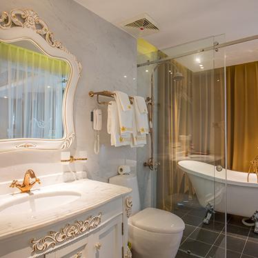 Phòng tắm trong suốt khách sạn Hoàng Triều 11